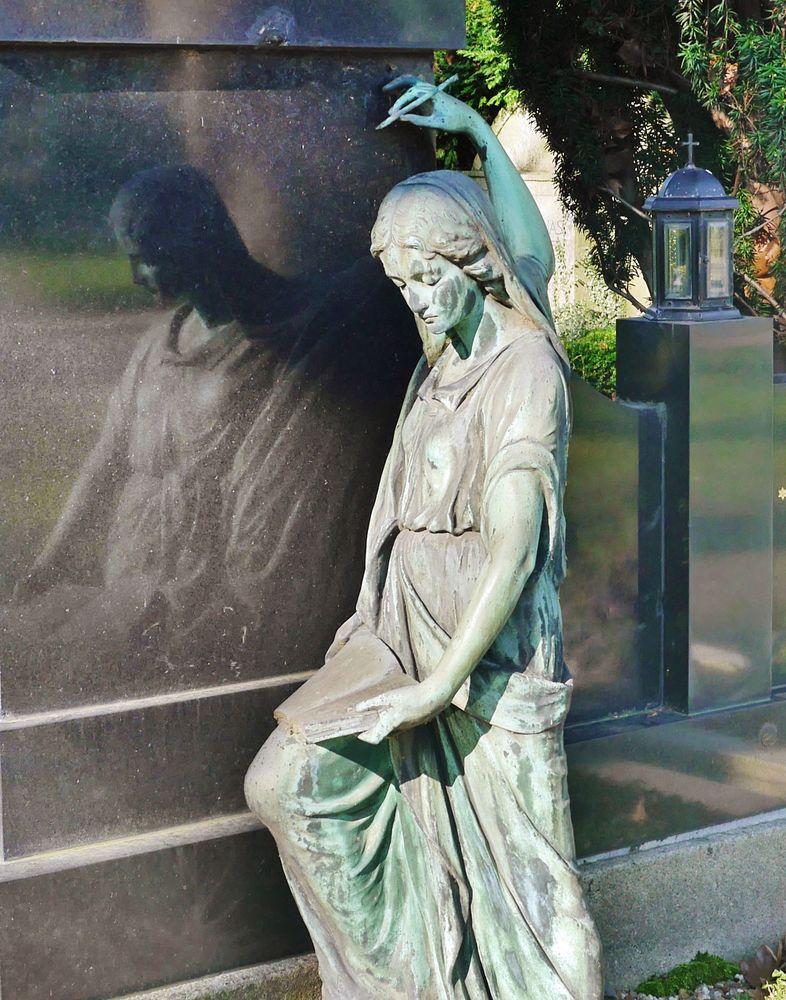 Skulptur vor Grabstein ...