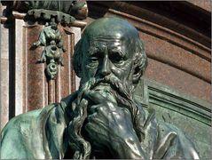 Skulpturdetail eines Denkmals im Schweriner Schlossgarten