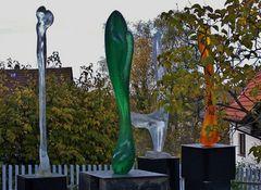 Skulpturen vor der Galerie