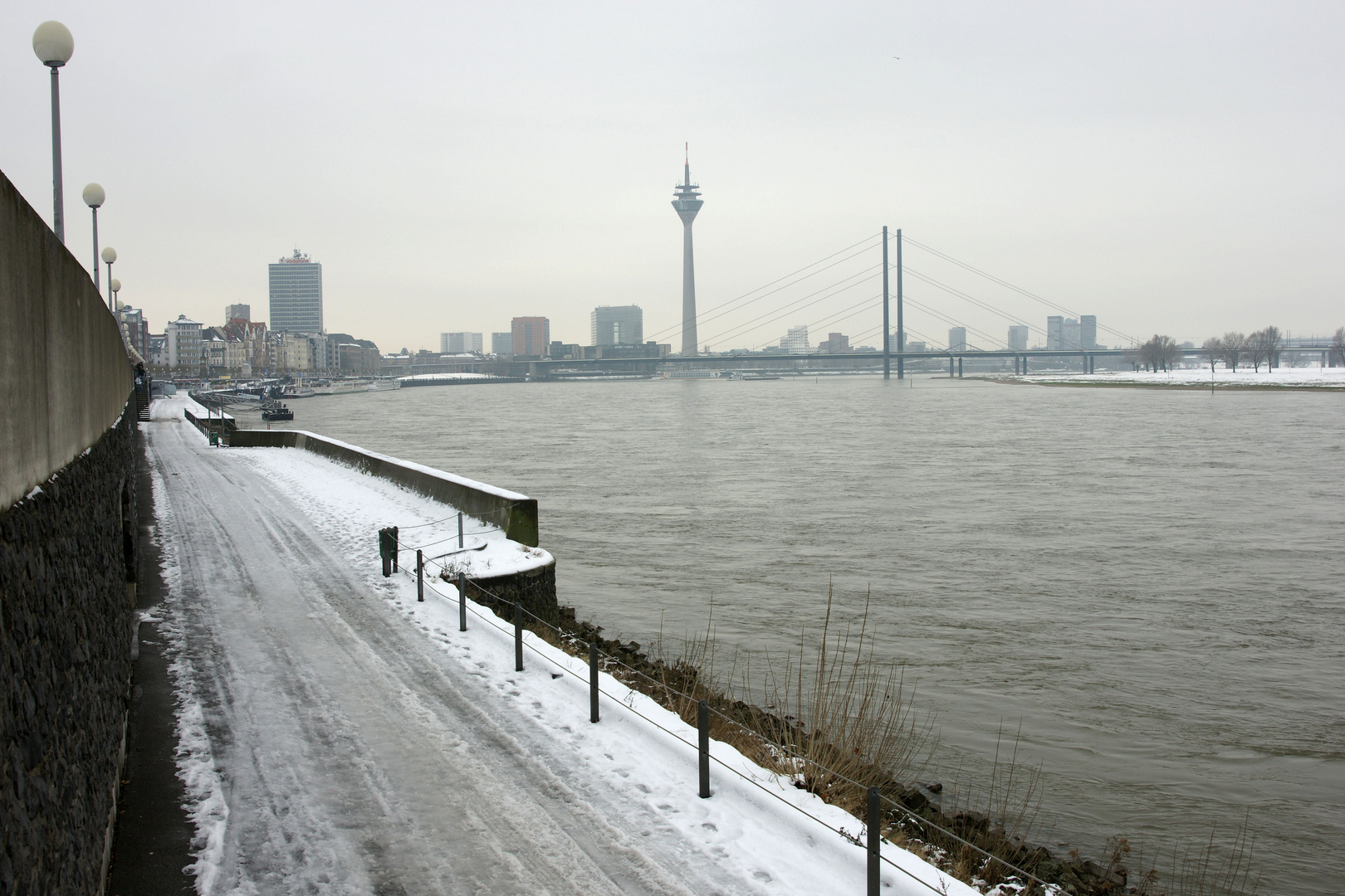 skyline d sseldorf im schnee am rheinufer foto bild landschaft bach fluss see fl sse. Black Bedroom Furniture Sets. Home Design Ideas