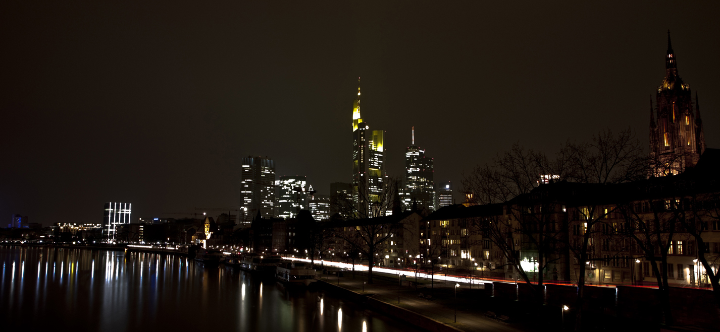 Skyline FFM - Nachts bei diesigem Wetter