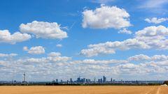 Skyline mit Wolken