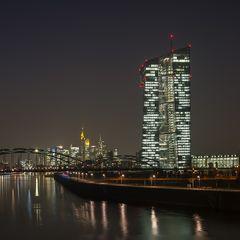 Skyline und Europäische Zentralbank bei Nacht