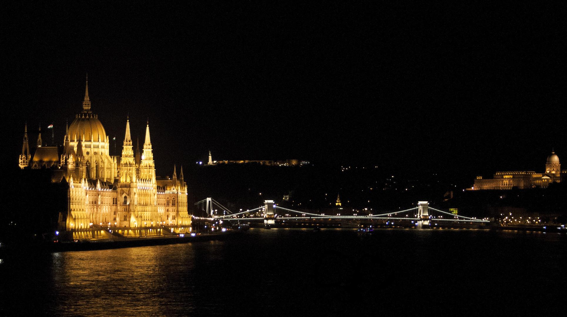 """""""Skyline"""" von Budapest bei Nacht"""