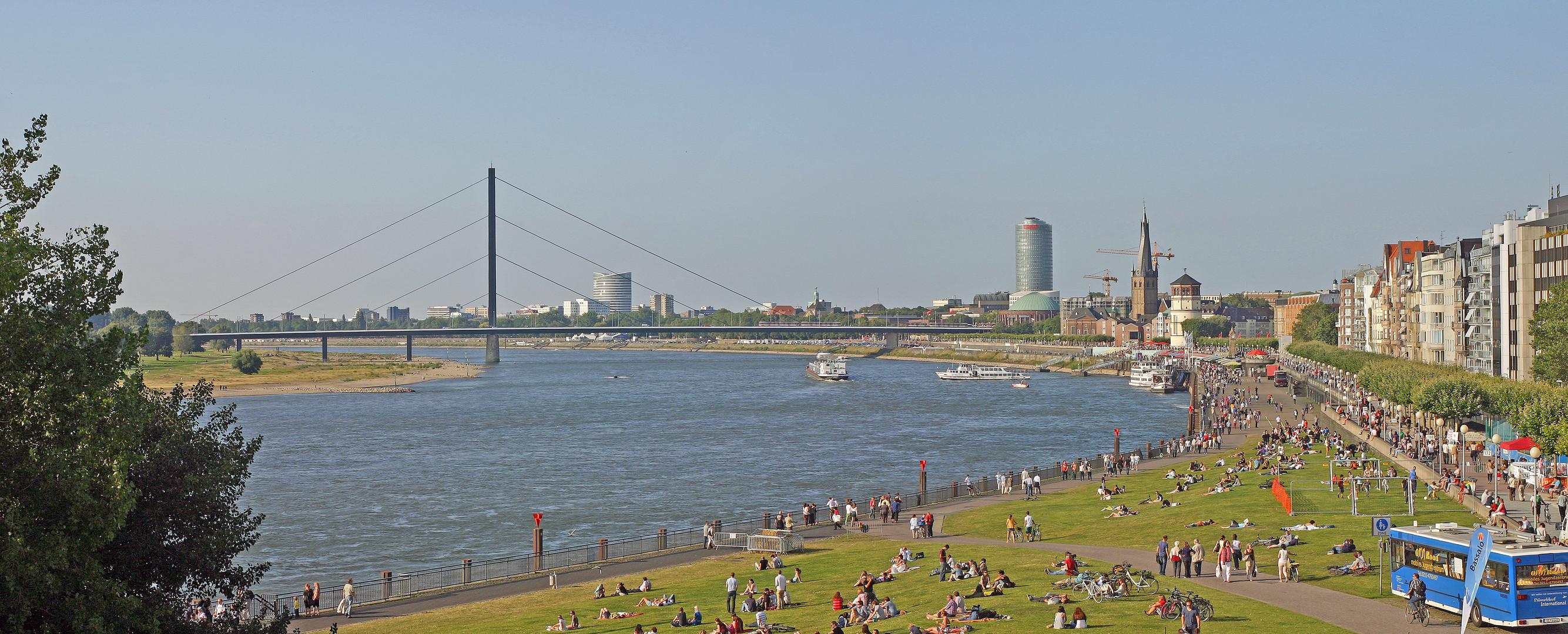 Skyline von Düsseldorf am Rheinufer