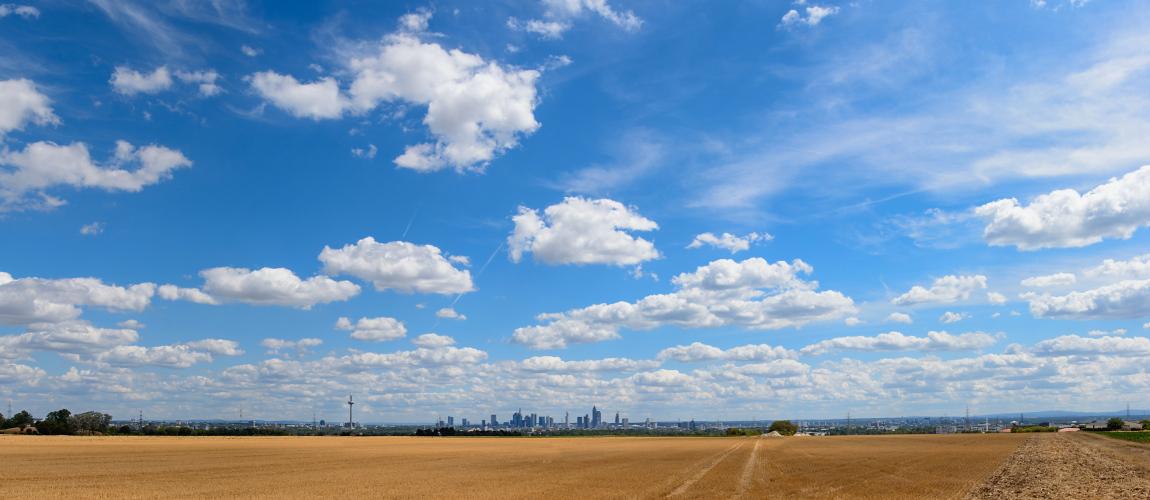 Skylinepano mit Wolken