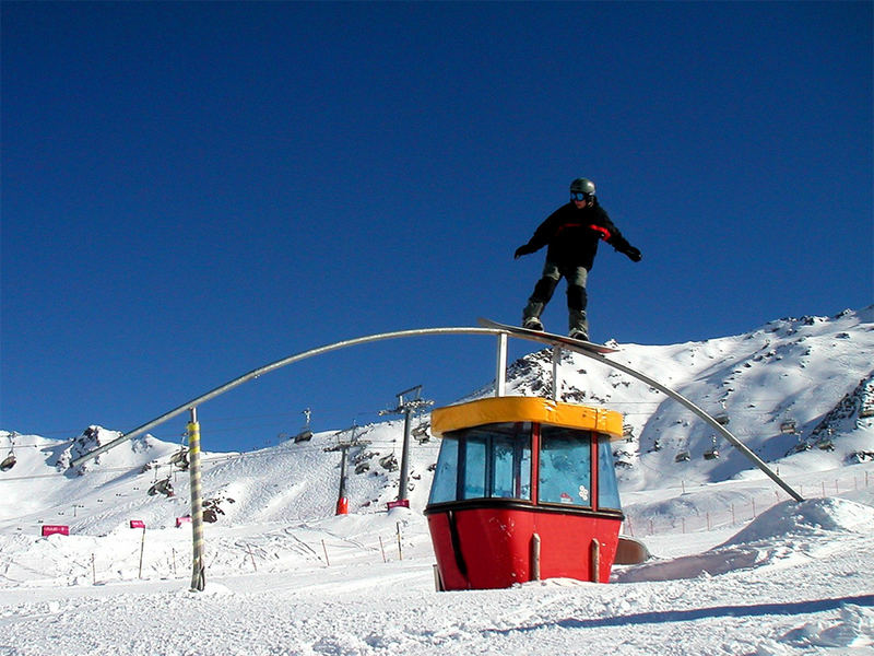 Snowboarder auf Seilbahn-Rail