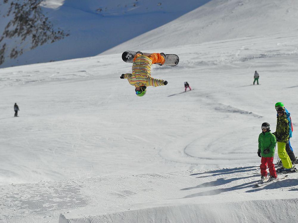 Snowboarder beim Backflip Stubai 11/2010