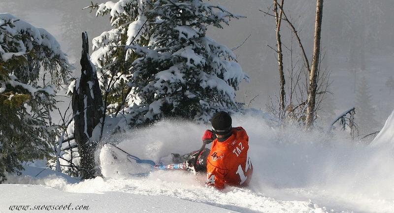 SNOWSCOOT FAHRER BEIM TIFF SCHNEE BREMSEN