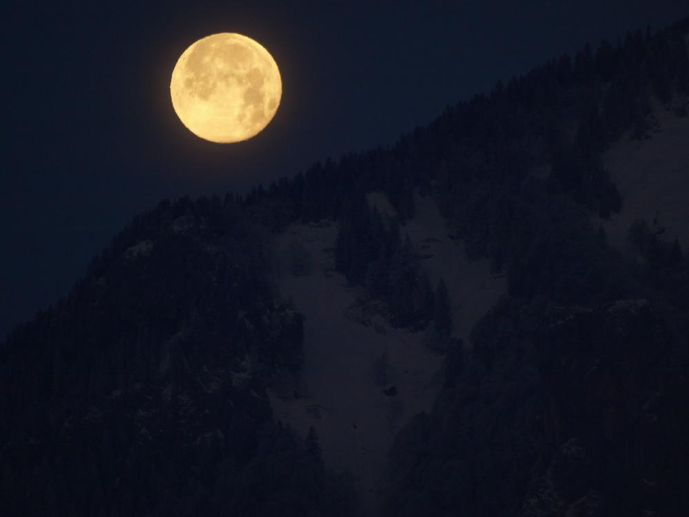 So groß kann der Mond sein.