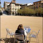 Sola en la plaza