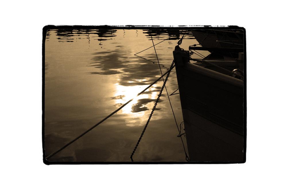 soleil couchant sur un port normand