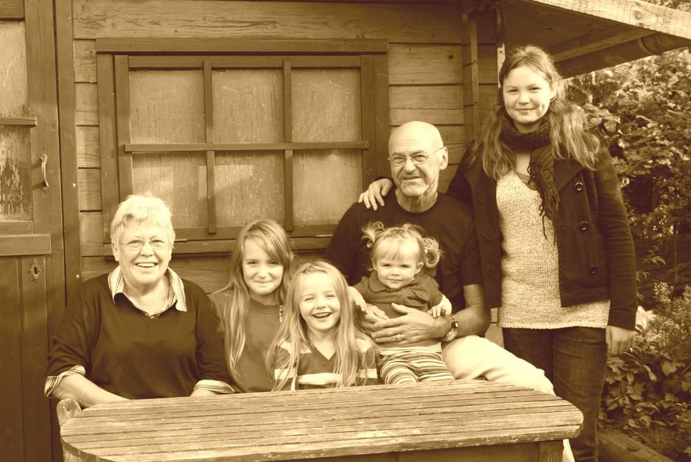 Solze Oma und Opa mit ihren vier Enkelinnen