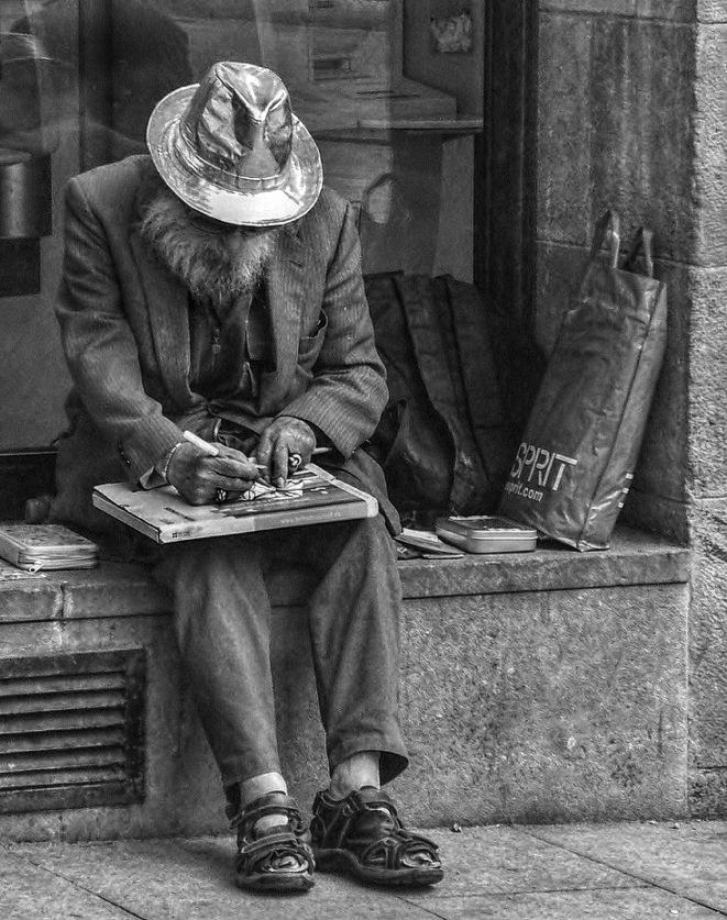 Sombrero de plata y dedos de lápiz.