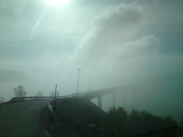 Sommarøybrua i tåke