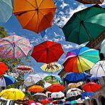 Sommer ist, wenn Regenschirme vor Freude fliegen