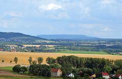 Sommerlandschaft mit Blick zum Hohen Schneeberg in Böhmen