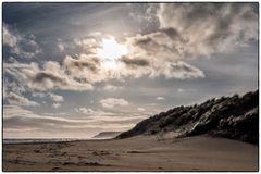 Sonne brennt, Wind weht Sand über den Strand und Salz liegt in der Luft