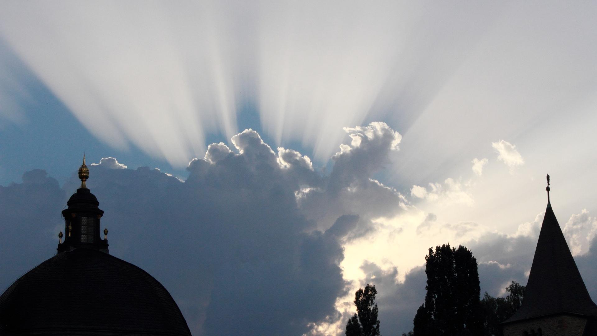 Sonne hinter Wolken am Domplatz in Fulda