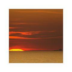 Sonne mit Windrädern und Schiff
