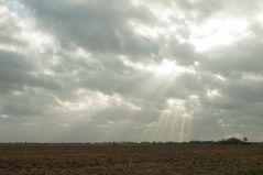 Sonne strahlt durch die Wolken