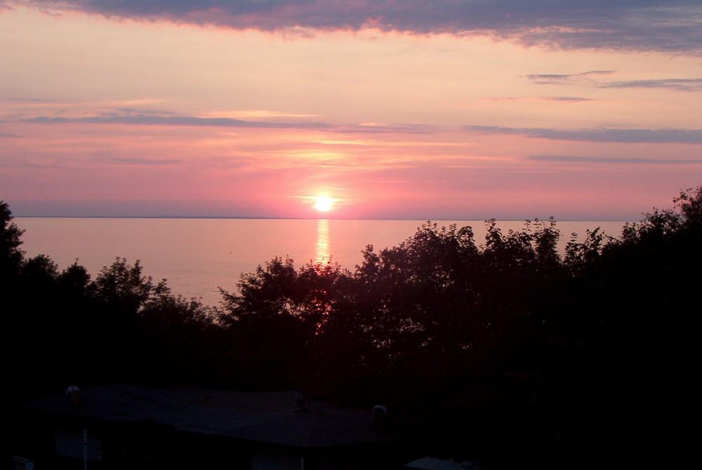 Sonne taucht in die Ostsee