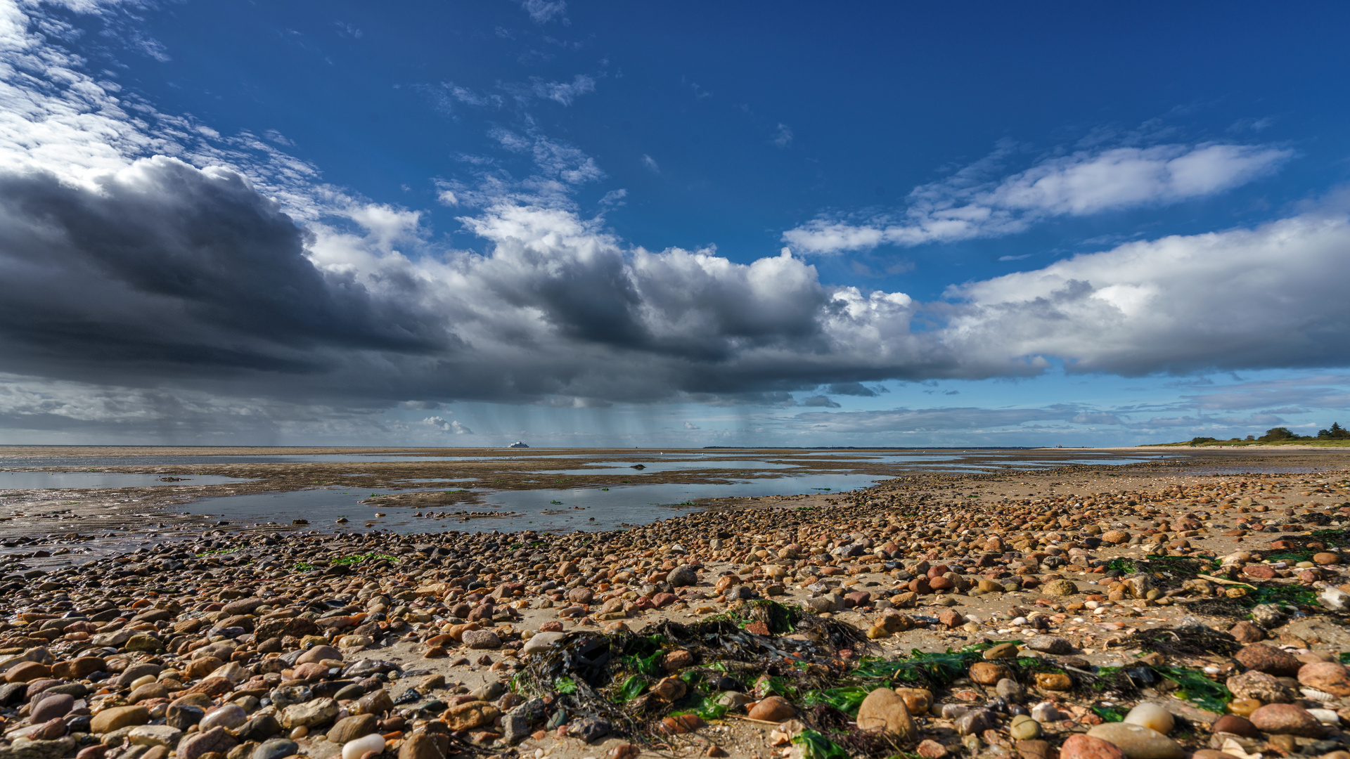 Sonne und Regen an der Küste von Föhr