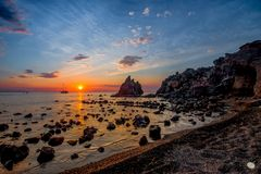 Sonnenaufgang 1 - Bucht mit schwarzem Kies