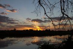 Sonnenaufgang am Runde River im Gonarezhou Nationalpark