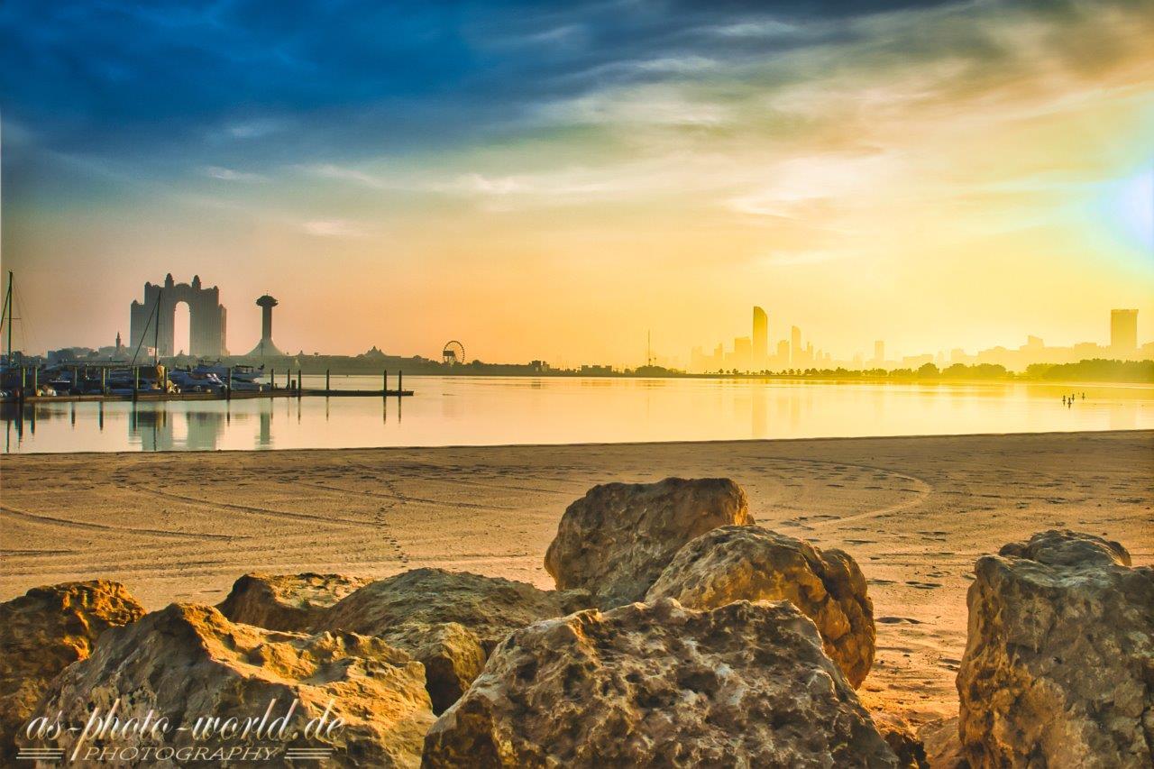 Sonnenaufgang am Strand in Abu Dhabi