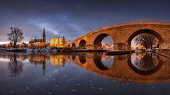 Sonnenaufgang an der alten steinernen Brücke in Regensburg