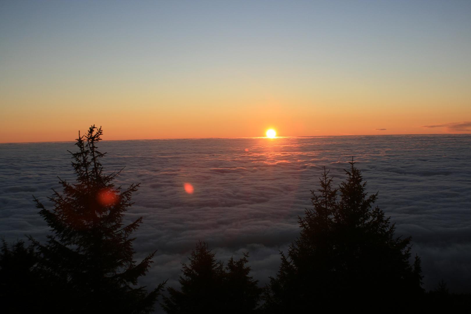Sonnenaufgang auf dem Meer der Wolken