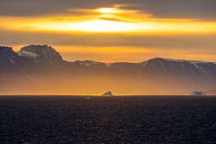 Sonnenaufgang im Fjord vor Uummannaq