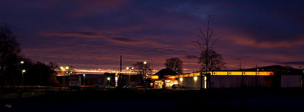 Sonnenaufgang im Gewerbegebiet