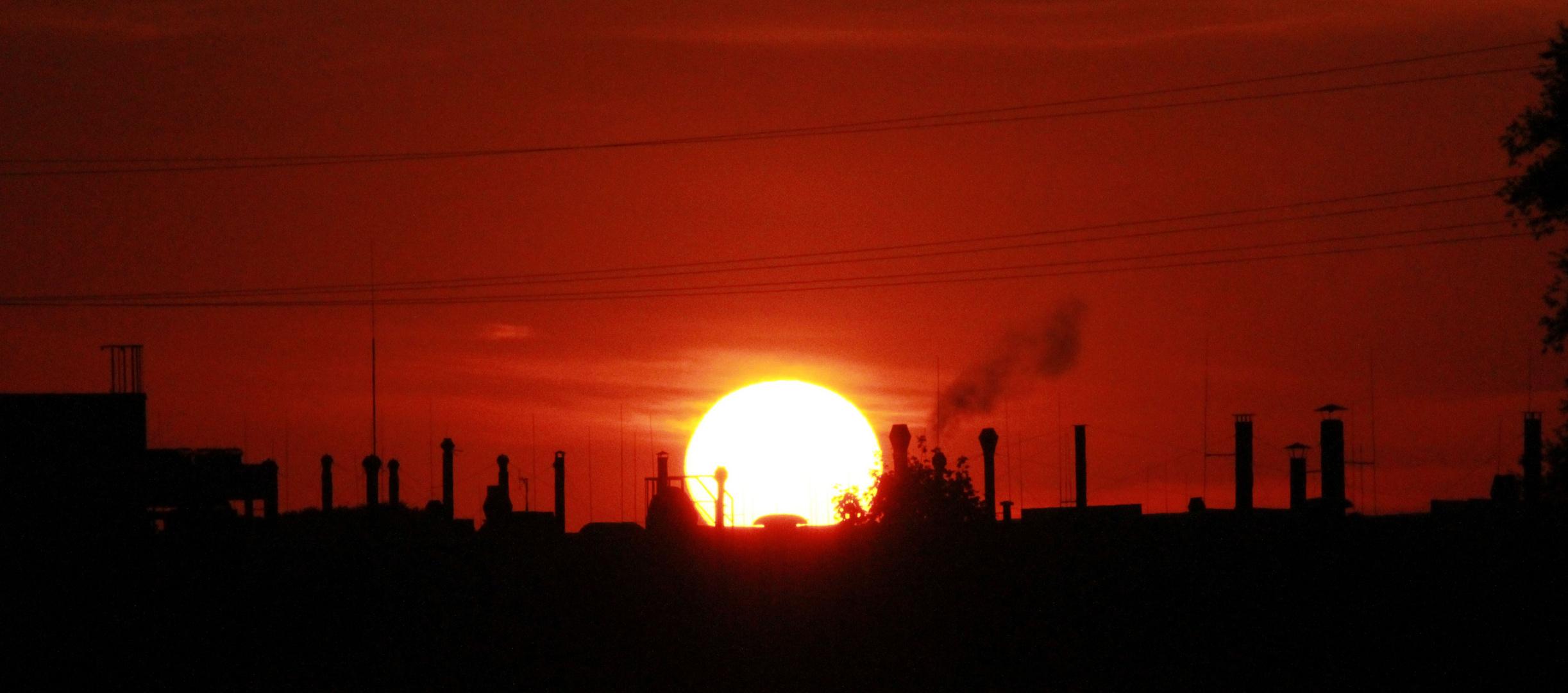 Sonnenaufgang im Industriegebiet