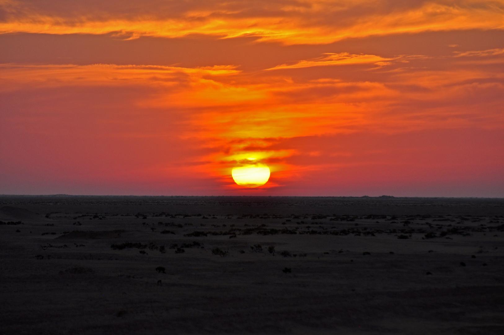 Sonnenaufgang in der Wüste Chott el-Djerid (Tunesien)