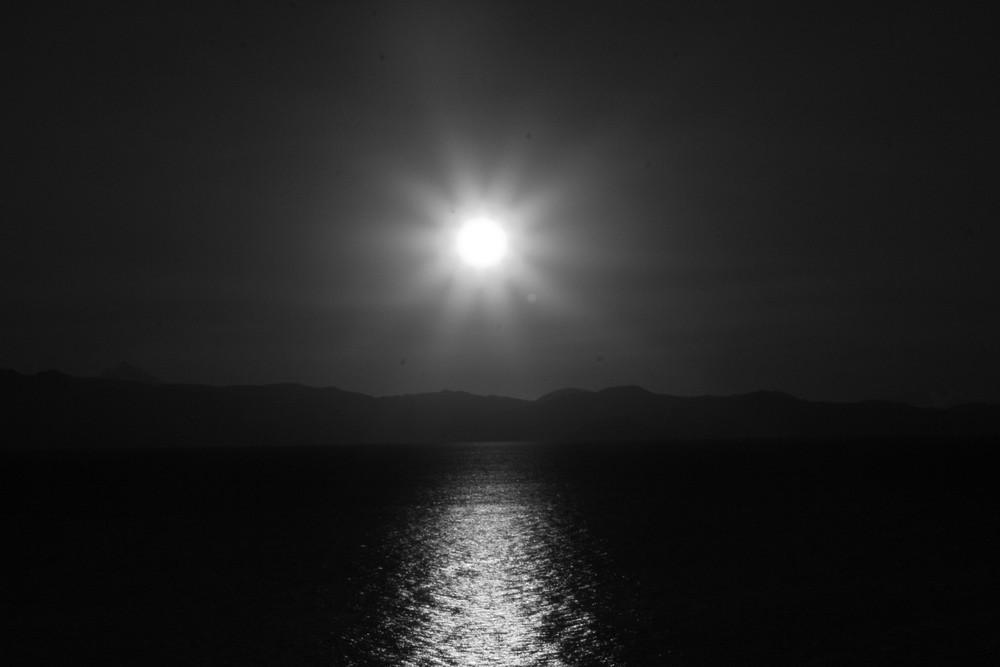 Sonnenaufgang in schwarz/weiß