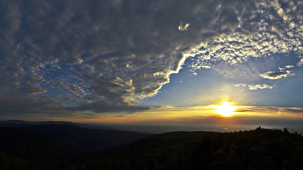 Sonnenaufgang nach gewittriger Nacht