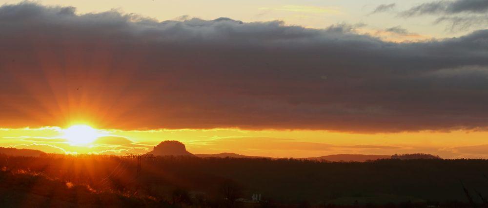 Sonnenaufgang über dem Lilienstein in der Sächsischen Schweiz