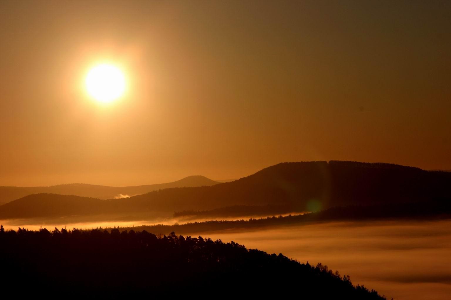 Sonnenaufgang über dem nebligen Pfälzer Wald, ein paar Minuten später