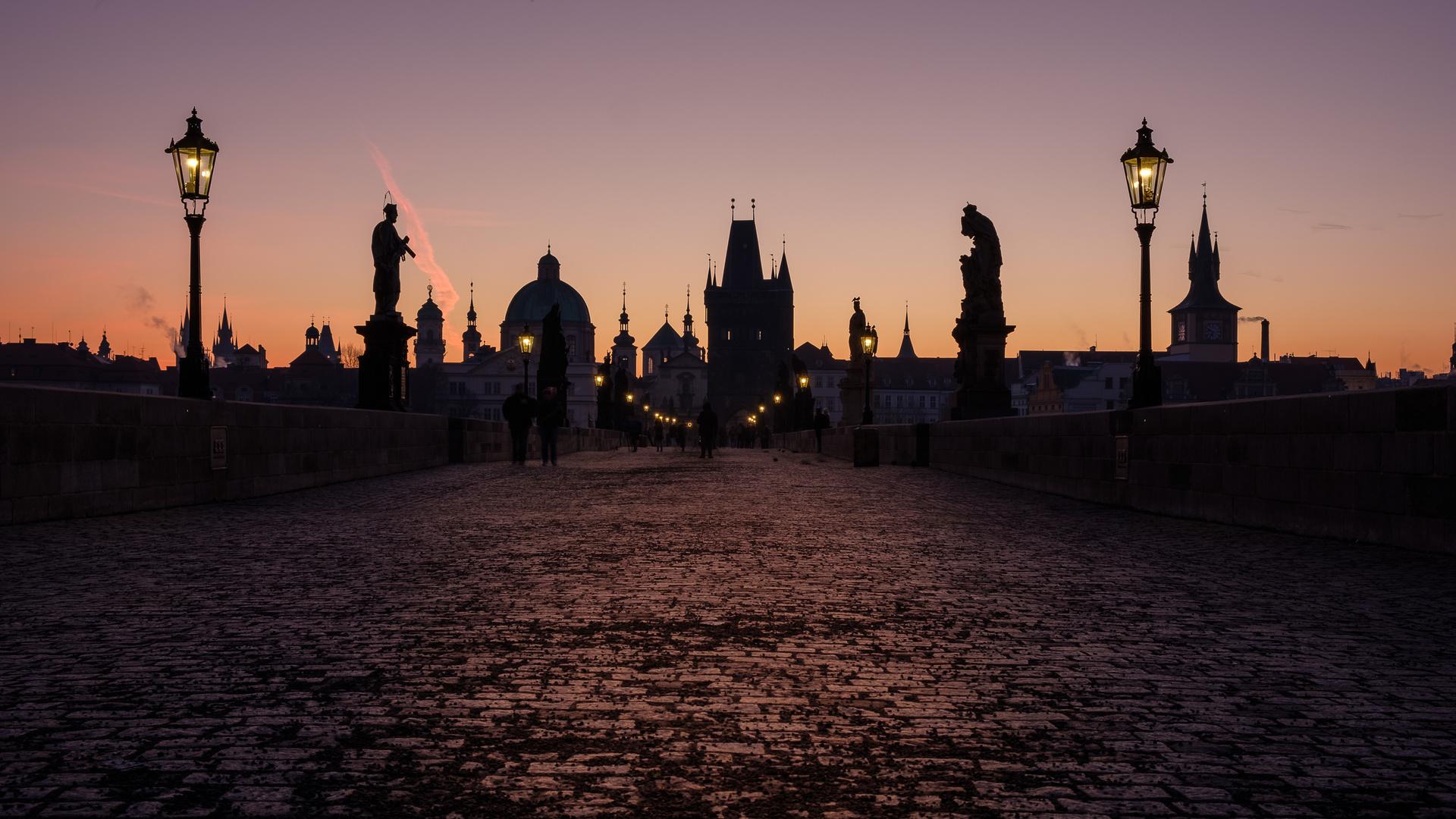 Sonnenaufgang über der Karlsbrücke in Prag
