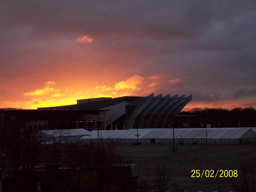 Sonnenaufgang über der stadthalle