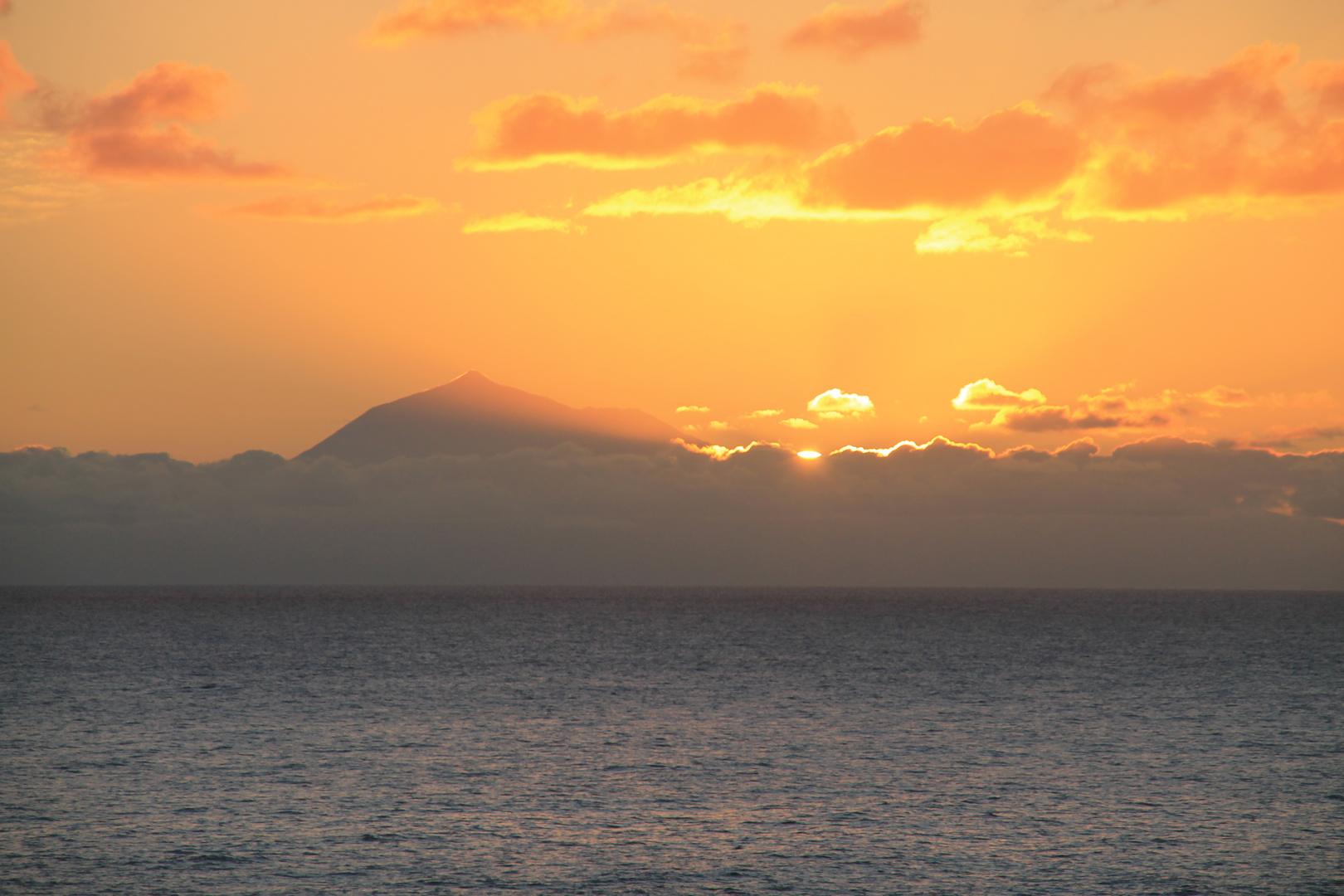 Sonnenaufgang über Tenerifa und dem Teide