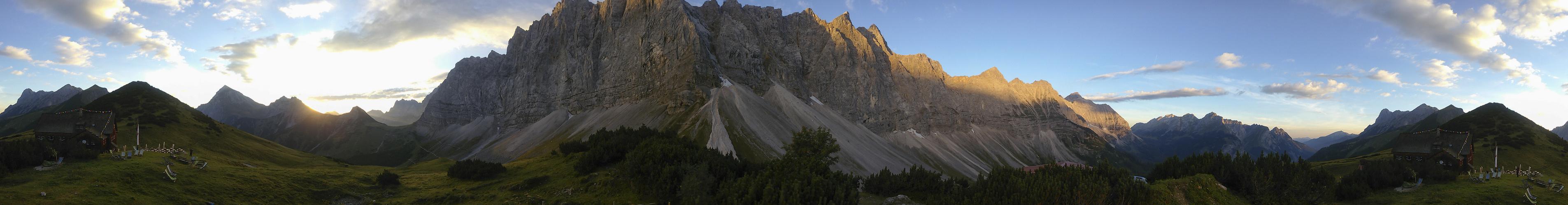 Sonnenaufgang vor der Falkenhütte
