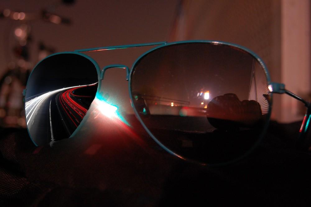 Sonnenbrille mit Straße