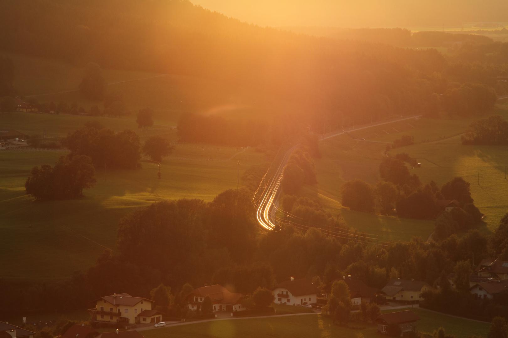 Sonnengeglühte Schienen plus Fahrleitung