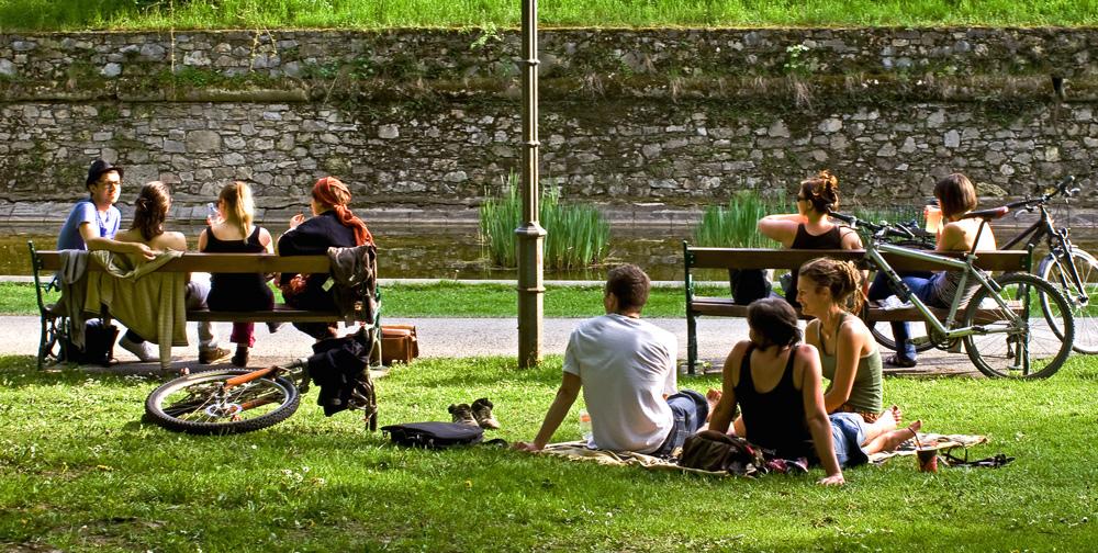 Sonnenhungrige im Grazer Stadtpark