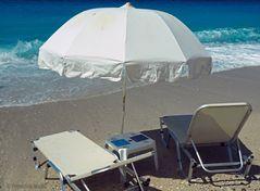 Sonnenschirme und Liegebetten an der Mylos-Bucht bei Aghios Nikitas
