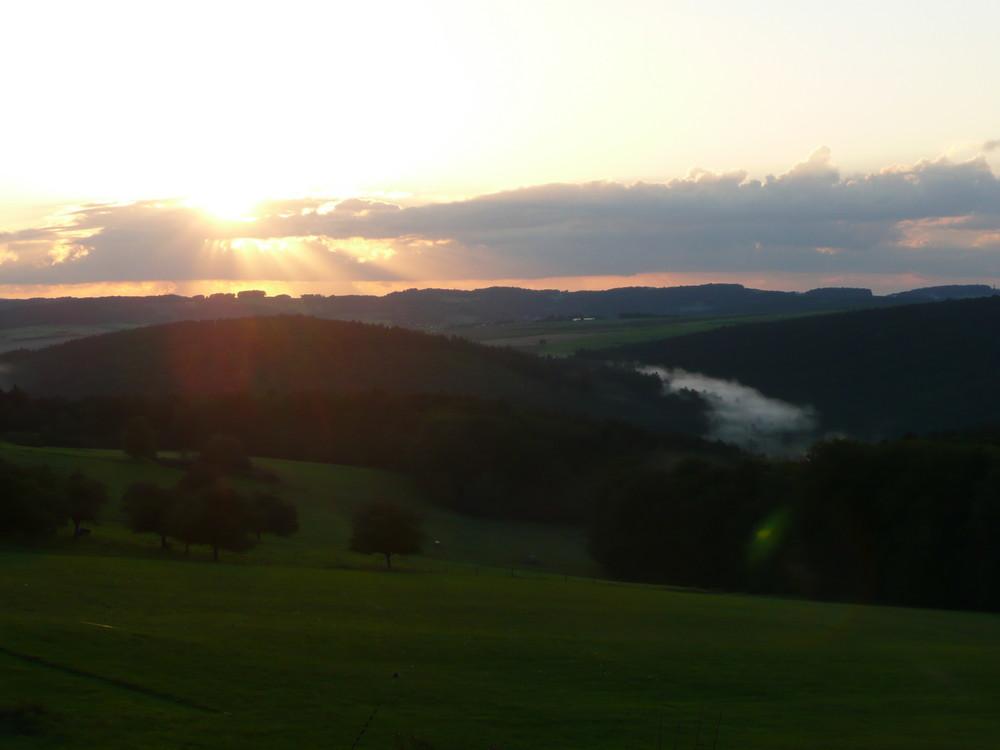 Sonnenstrahlen mit Nebel