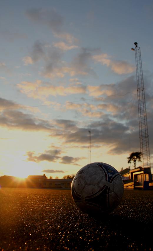 Sonnenuntergang am Fußballplatz